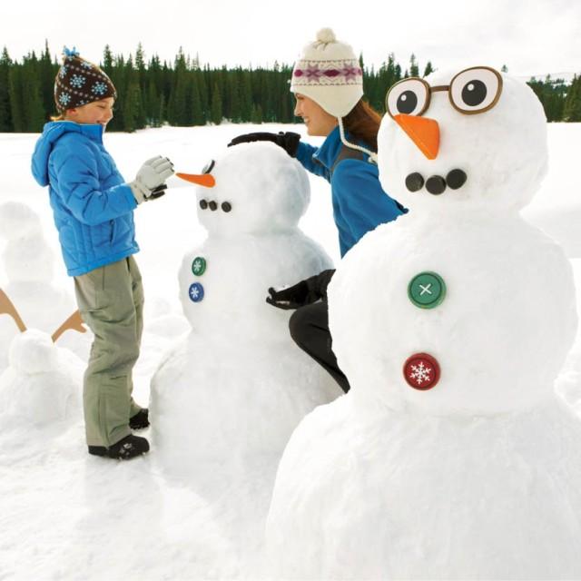 Kids building snowmen